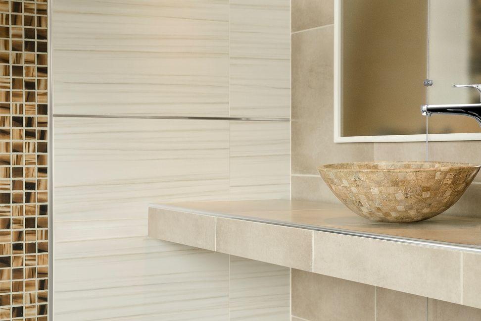 Ba o moderno con listel decorativo cuadrado y terminaci n for Decoracion de banos con guardas verticales
