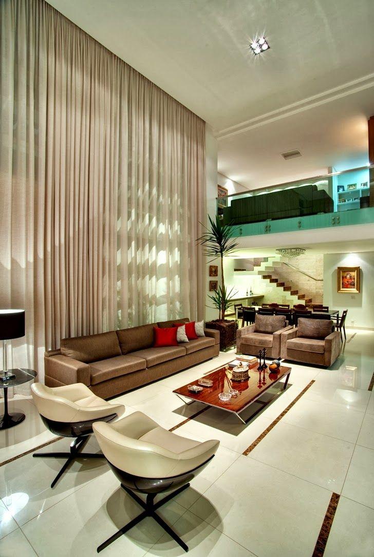Sala de estar con techos de doble altura y cortina en el - Estor con cortina ...