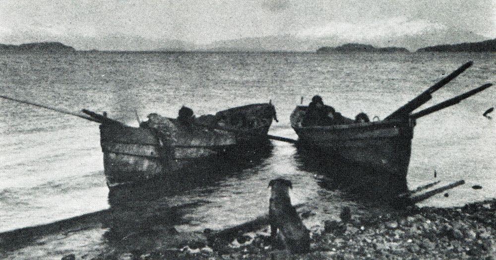 Canoas alacalufes modernas. Fotografía de Martín Gusinde. 1920 aprox ...