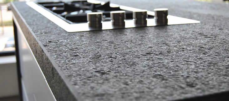 Die Oberflachen Der Naturstein Arbeitsplatten Konnen Unterschiedlich Bearbeitet Werden Poli Naturstein Arbeitsplatten Arbeitsplatte Kuche Granit Arbeitsplatte