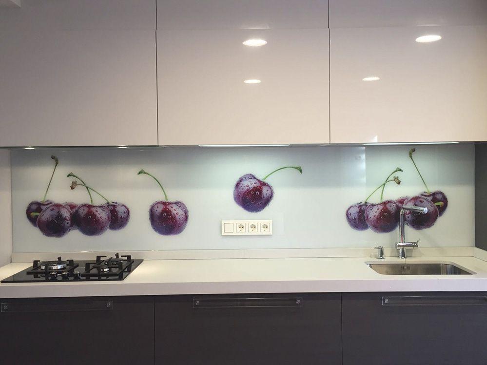 Cocina moderna con entrepaño de cerezas. | Frente de cristal ...