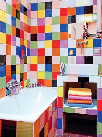 Paris  Un duplex familial coloré et bien pensé Colorful bathroom