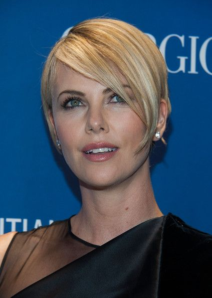 charlize theron side parted straight cut actrices. Black Bedroom Furniture Sets. Home Design Ideas