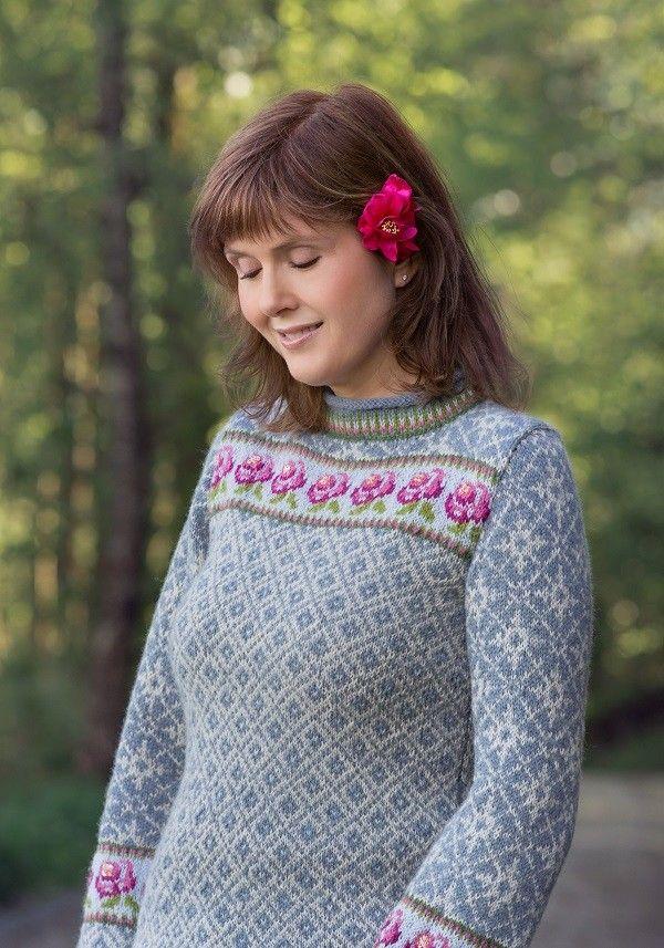 Feminin og sporty genser med romantisk rosepynt. Foto: Anne
