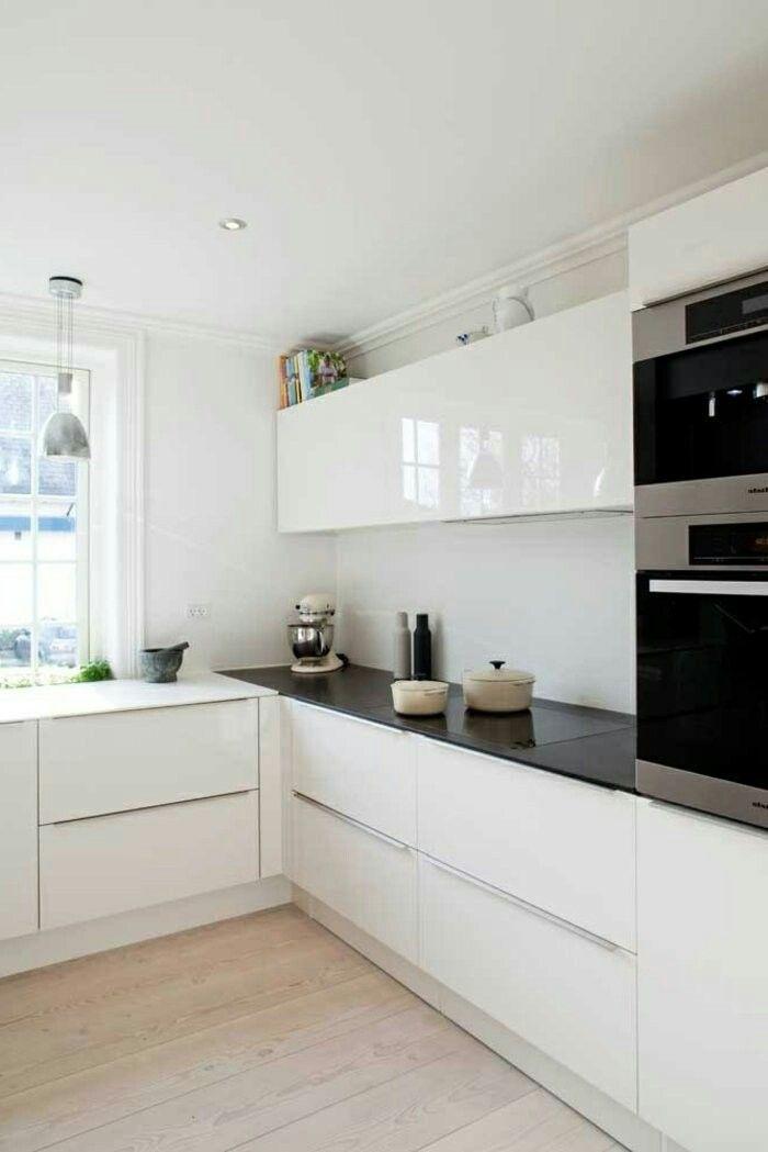 Les Cuisines Blanches Sont Aussi Très Convenables Pour Les Maisons Ou  Appartements De Luxe, Puisque Cette Couleur Aussi Que Le Noir Sont Un Singe  Du0027élégance