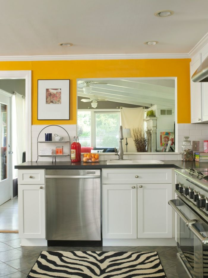 küche wandgestaltung gelbe akzente fellteppich kleine küche - moderne wandgestaltung wohnzimmer lila