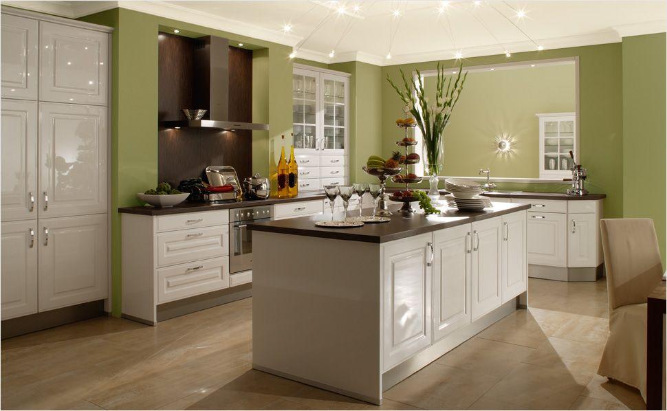 Als Klassiker unter den Küchenmöbeln verbindet die Glasvitrine