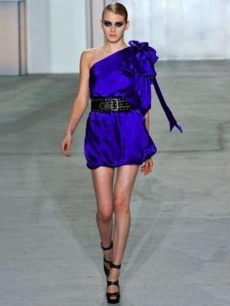 moda firmata a0ff5 1d234 Minidress blu con cinturone nero e sandali nel 2019 ...