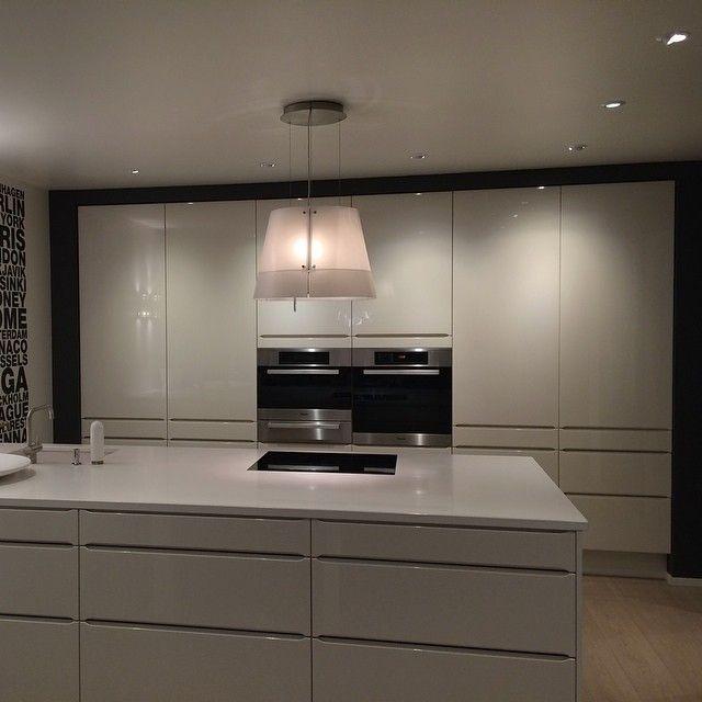   K J Ø K K E N   HTH kjøkken i modell Seven hvit høyglans med Solid hvit kompositt benkeplate og Miele hvitevarer✔️