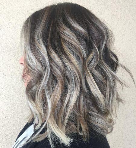 Geschichtetes Dunkles Haar Mit Grauen Reflexen Dunkles Geschichtetes Grauen Haar Mit Reflexen In 2020 Dunkle Haare Dunkle Haare Mit Strahnen Graue Blonde Haare