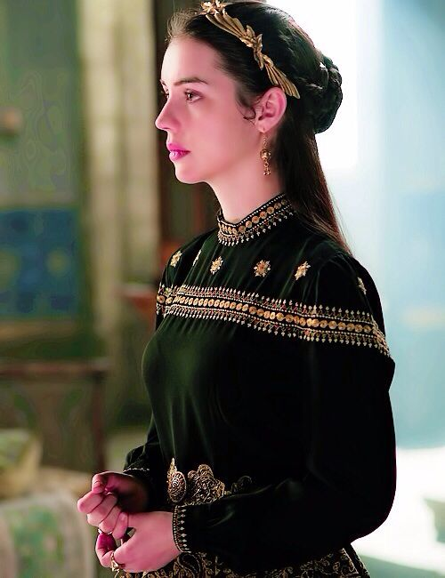 From an upcoming episode in season 2. CANT WAIT! #reign #fashion #mary