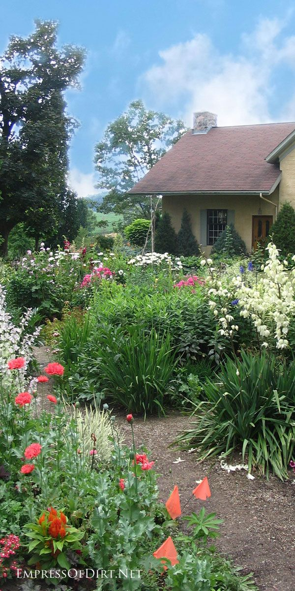 Country Garden In Ontario Canada With A Cottage Style Flower Beds Country Gardening Cottage Garden Gorgeous Gardens