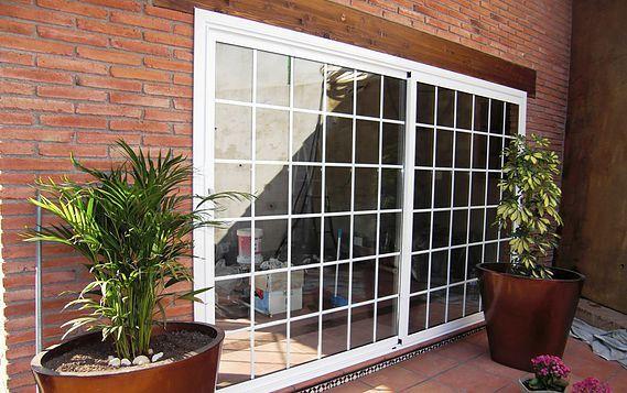 Estructuras de aluminio en le n puertas puertas for Puertas de vidrio corredizas para exteriores