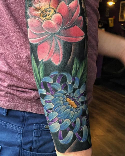 10 Fresh Chrysanthemum Tattoos Two Blossoms A Red Peony And Blue Chrysanthemum With Green Leaves Chrysanthemum Tattoo Japanese Flower Tattoo Sleeve Tattoos