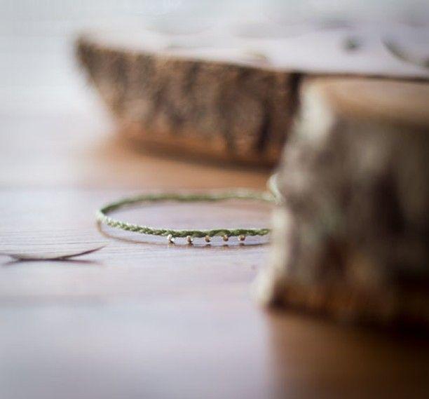 En verde, violeta, marrones, gris y azul. Y en tu color favorito. Y en el color favorito de tu pareja. Pídeme para San Valentín el modelo que más te guste y además en tu color favorito 😍 [10% dto en pulseras de la amistad hasta el 14 de febrero] Link shop en la bio 🔝 . . . #macrame #macramebracelet #unisexbracelets #sanvalentin #valentinesgift #giftsforhim #giftsforher #valentinesday #regalosdesanvalentin #ouiclementine