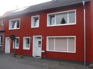 ein dunkles rot gibt dieser hausfassade eine tolle optik malerarbeiten aller art von. Black Bedroom Furniture Sets. Home Design Ideas