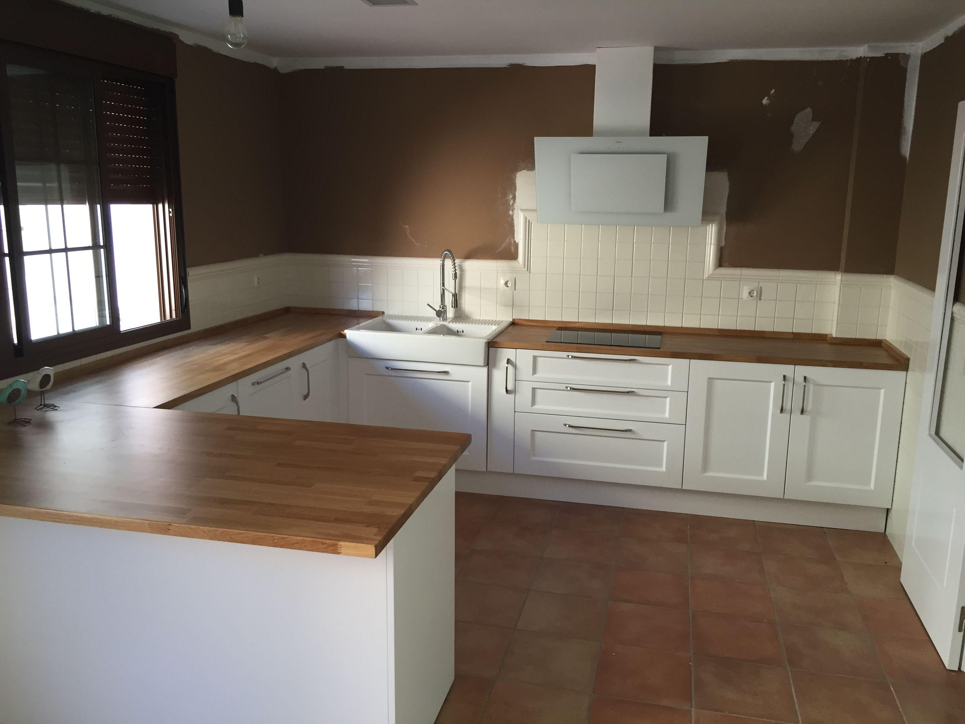 Cocina de dise o n rdico escandinavo puertas lacadas blanco mate y encimera en madera - Cocinas de diseno en sevilla ...