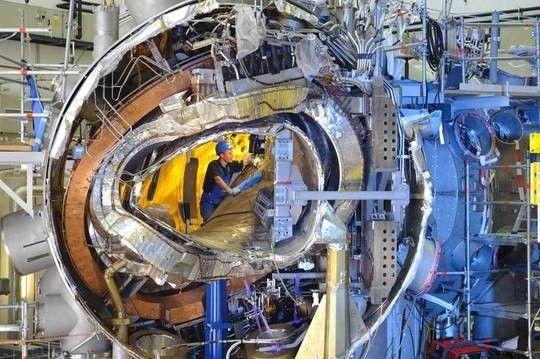 A máquina de fusão nuclear alemã Wendelstein 7-X pode gerar energia limpa no futuro. Veja tudo sobre a tecnologia que levou nove anos de construção e mais de um milhão de horas de montagem.  http://ift.tt/1IJoGoo