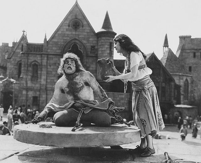 "Hunchback of Notre Dame - Quasimodo – Wikipedia Lon Chaney Sr Quasimodona vuoden 1923 versiossa ""Notre Damen kellonsoittajasta"".  Wallace Worsley - The Hunchback of Notre Dame (1923 film)  A still from the 1923 movie The Hunchback of Notre Dame, which is now in the public domain."