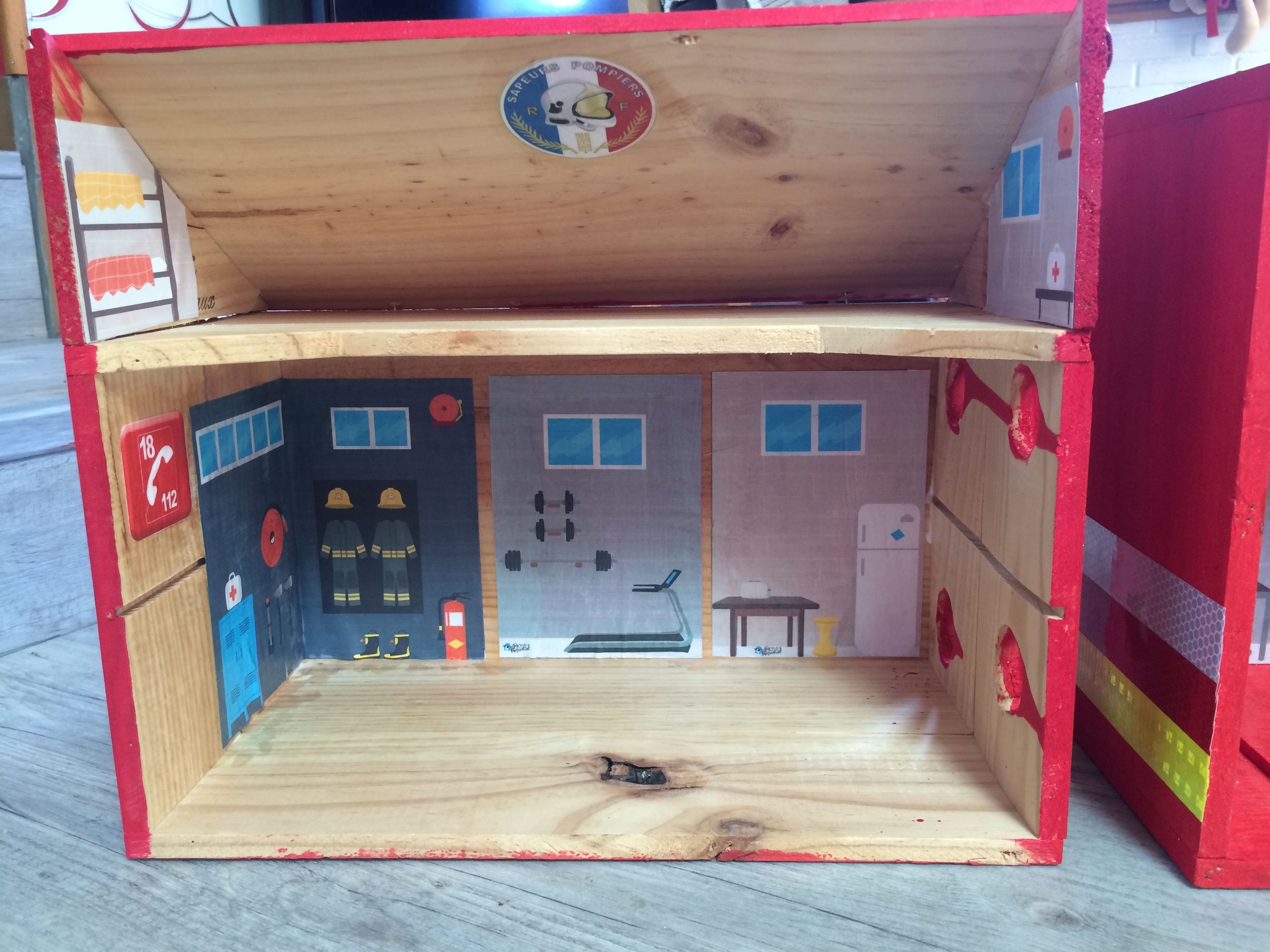 Caserne pompiers playmobil avec des caisses de vin en bois lego playmobil playmobil lego et - Caserne de police playmobil ...