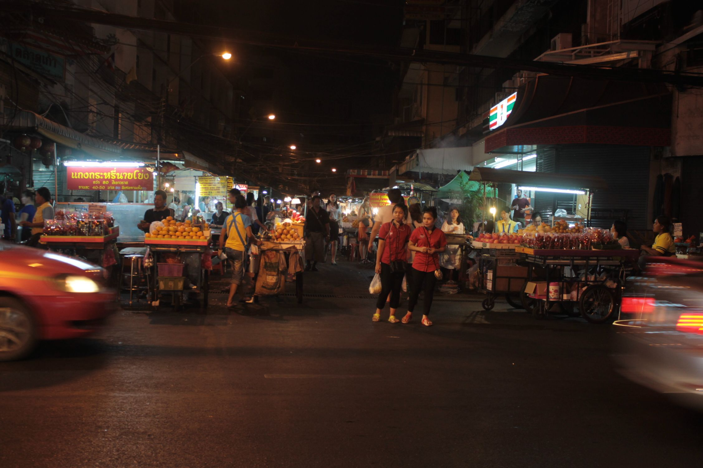 Puestos de frutas en un mercado nocturno
