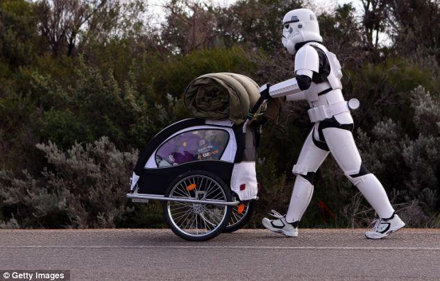 Man walks 3k miles across Australia dressed as a Stormtrooper to raise money for the Starlight Foundation. #StarWars