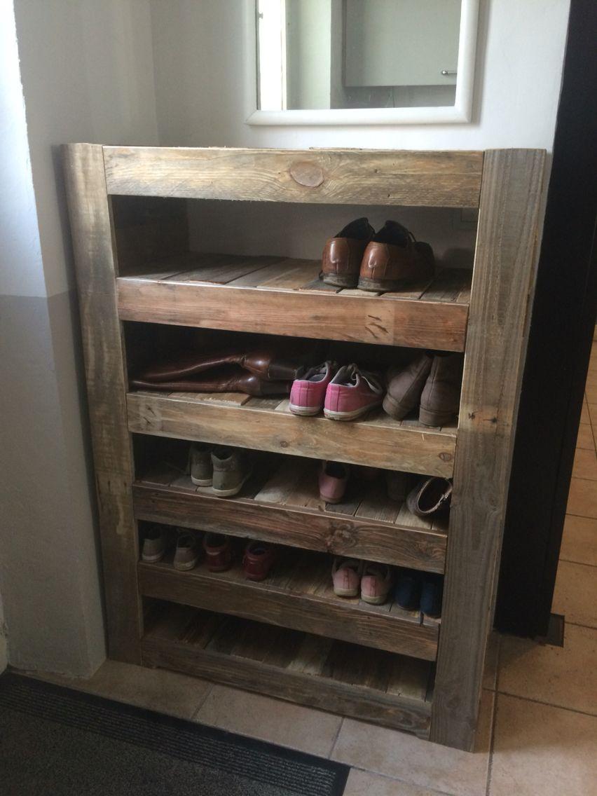 un joli meuble chaussure fait de palette. tout fabrication maison