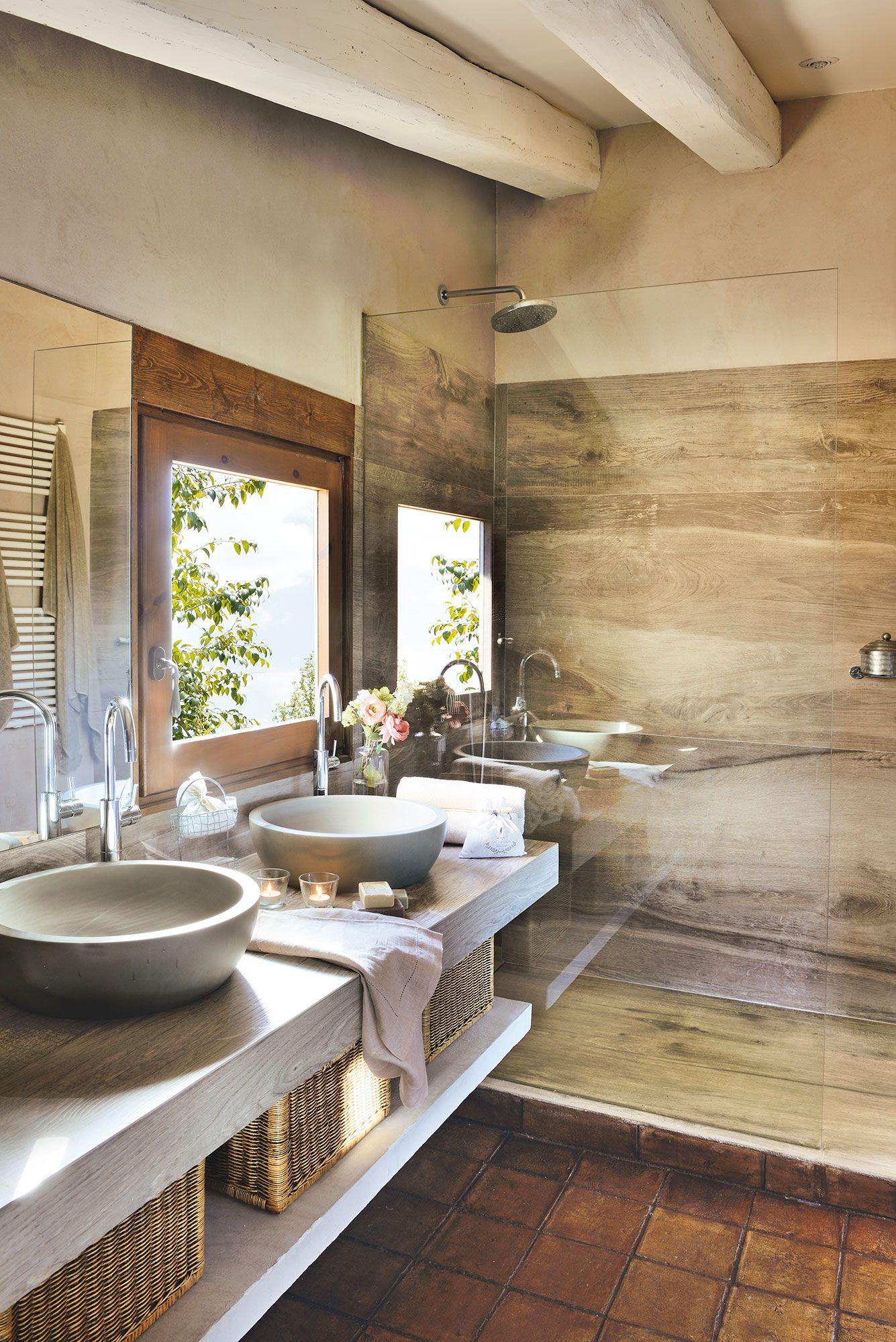 Baño rústico contemporáneo con gran ducha de obra revestida de ...