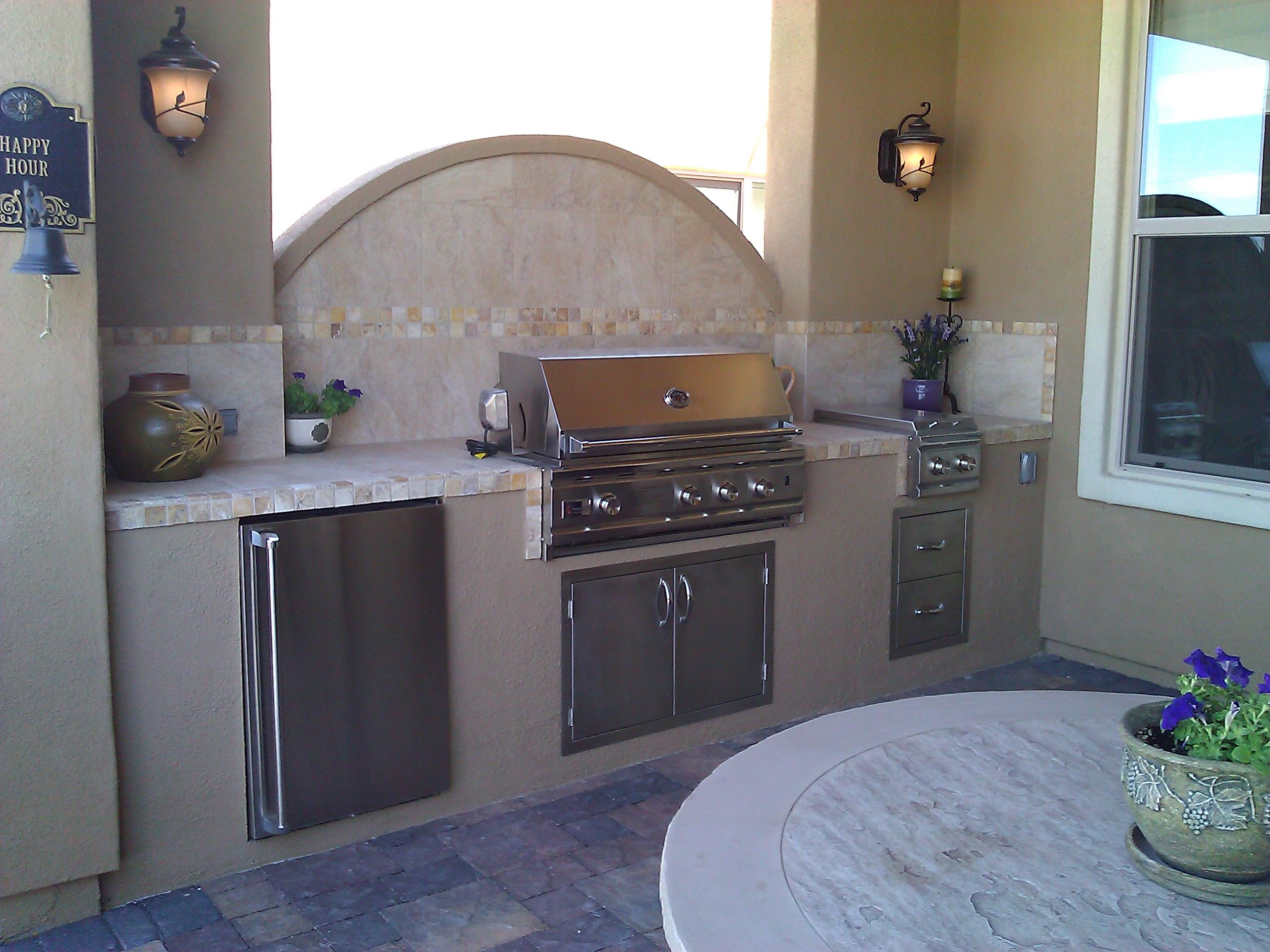 combination outdoor bar and hot tub surround made with stucco ...