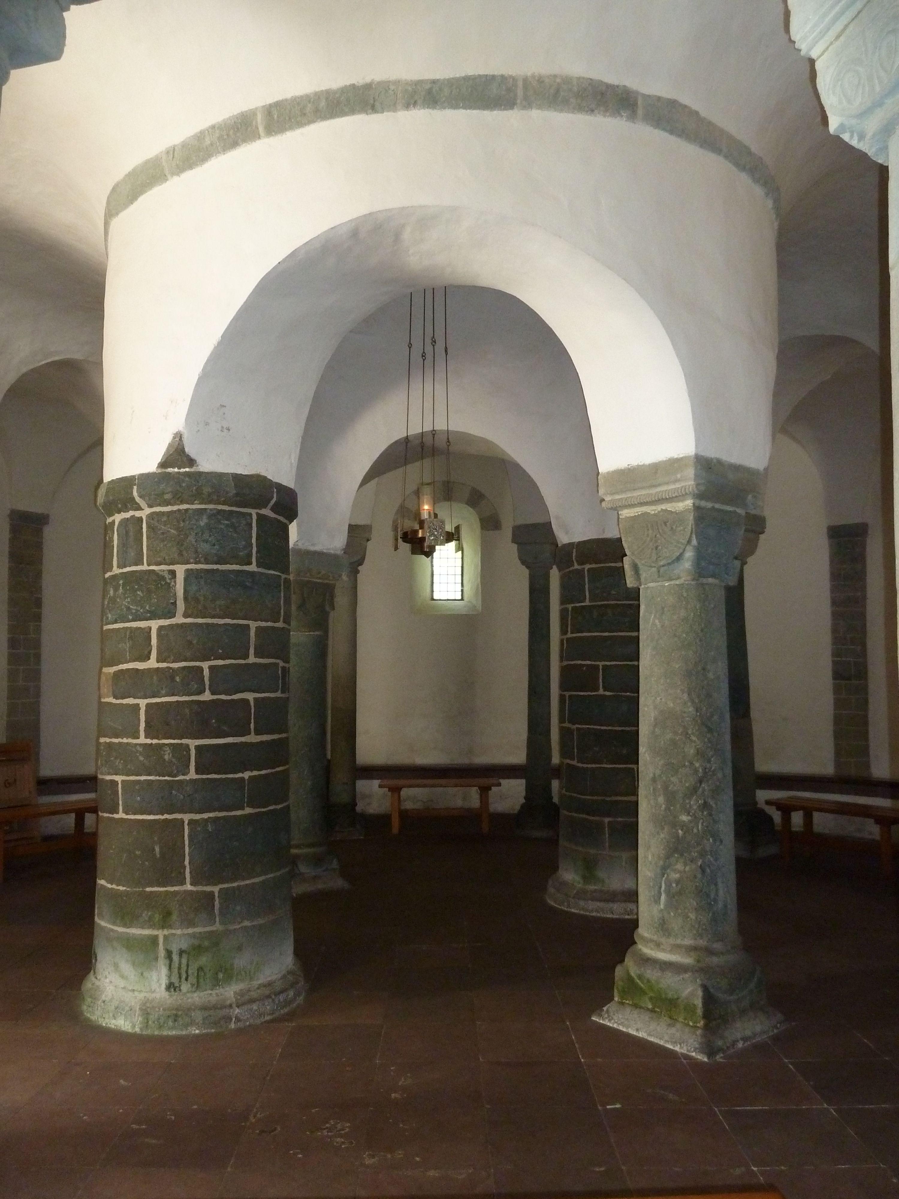 Drüggelter Kapelle Innenkreis, Zwei Pfeiler und zwei Säulen.