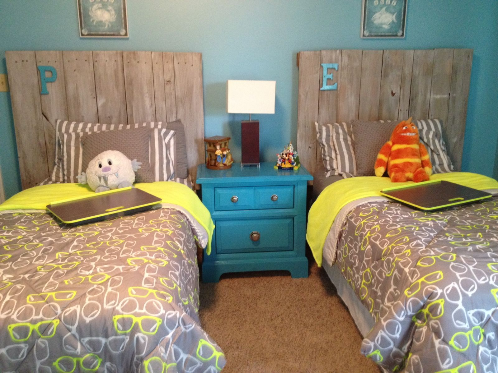 Pallet headboards for beachy room boy room ideas for Small beach bedroom ideas