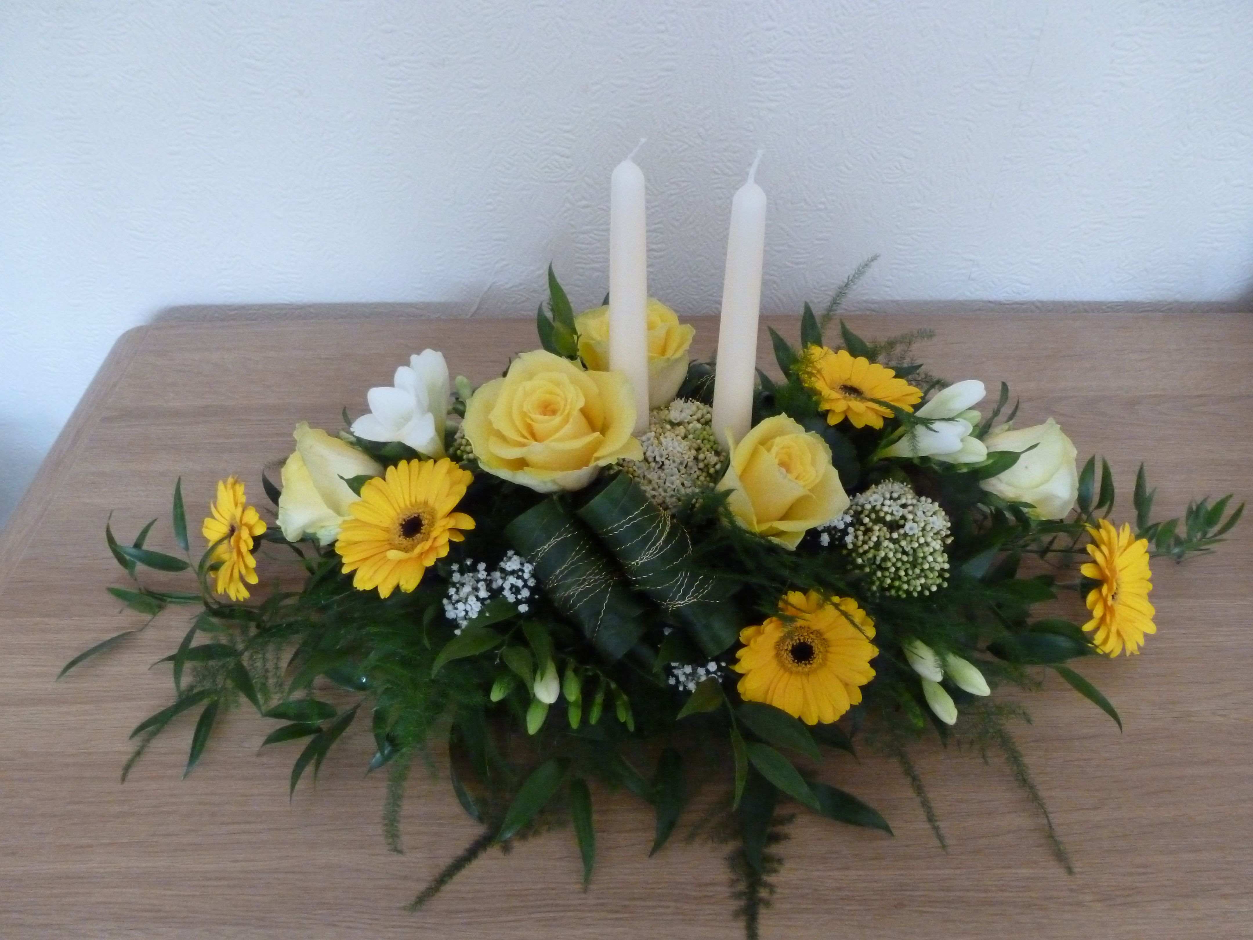 A lemon and cream long low table arrangement can be