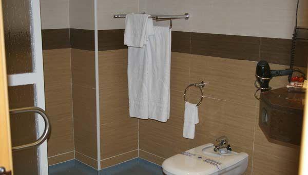 Ba o de habitaci n adaptada para minusv lidos del bah a de for Hotel granada habitacion familiar