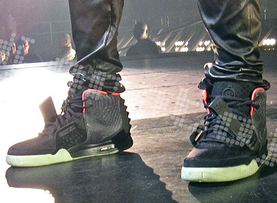 Fundación camioneta corazón  Nike Air Yeezy 2 - Black - Pink | Closer Look - SneakerNews.com | Air yeezy  2, Air yeezy, Nike air