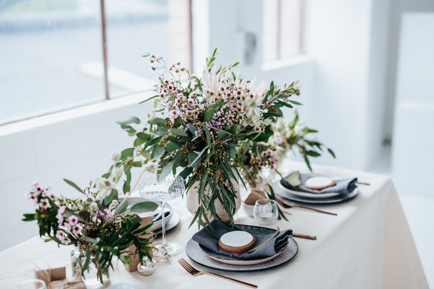 Australian Themed Christmas Table Styling And Decor Ideas Using Native And Natural Floral Australian Christmas Christmas Decorations Australian Christmas Table