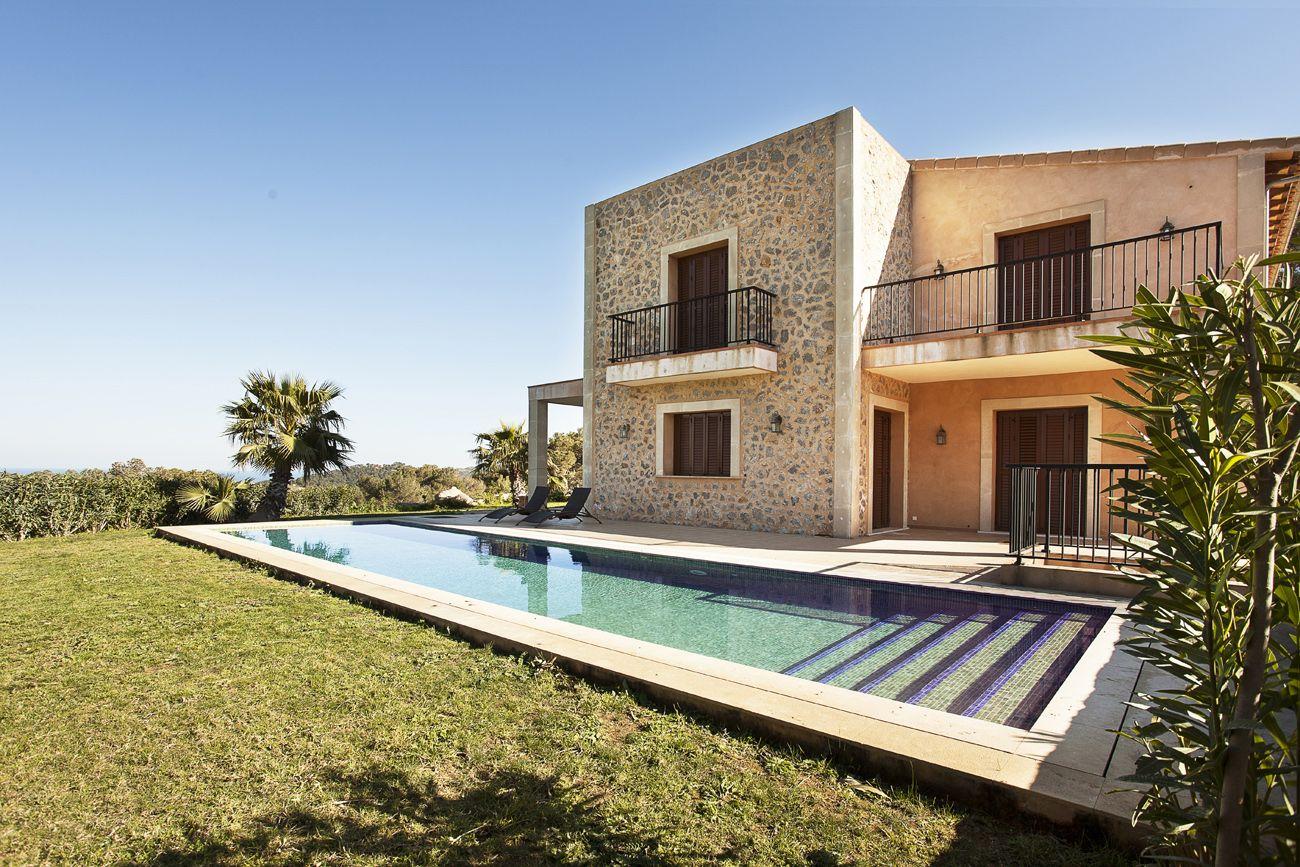 Finca Manacor Mallorca - Immobilien Nova - Ref. 86742  Wundervolle neue Finca mit Panoramablick nahe Calas de Mallorca. Diese wundervolle neue Finca genießt Panoramablick über Berge und Meer von ihrer erhöhten Lage an der Ostküste der Insel, umgeben von mehr als 30.000 m2 Land.   http://www.inmonova.com/de/property/id/678987-finca-manacor-mallorca  http://www.inmonova.com/de/  #inmonova #finca #mallorca #immobilien #manacor #nova