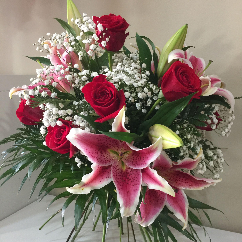 Excelente Bouquet De Rosas Y Lirios Flores De Gran Calidad Y Frescura Tonos Alegres Y Naturales La Tonalidad Y Color De Las Flores Floral Wreath Floral Decor