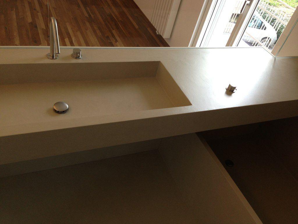 L'ambiente bagno, interamente rivestito in resina, è a vista sulla ...