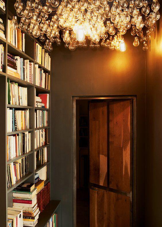 un plafond d ampoules pour illuminer la pi ce books corridor and lights. Black Bedroom Furniture Sets. Home Design Ideas