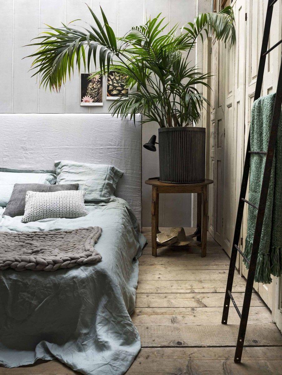 slaapkamer met houten vloer bedroom with wooden floor vtwonen 11 2017 fotografie stan koolen styling marianne luning
