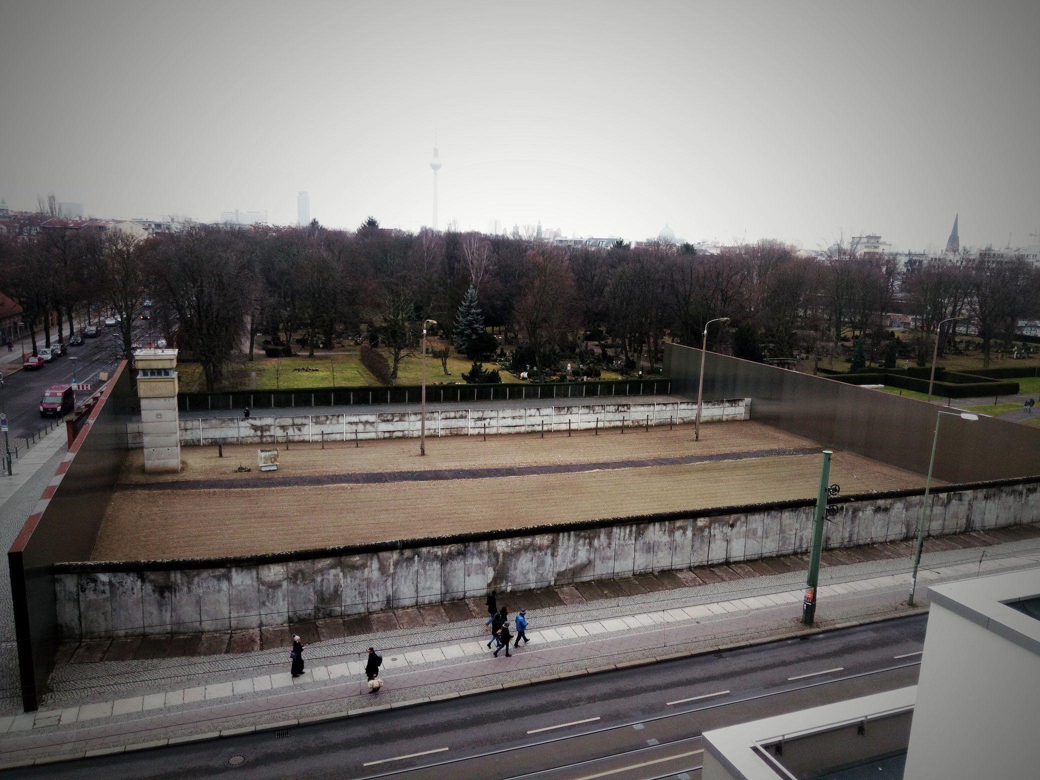 Berlin Wall Memorial Gedenkstatte Berliner Mauer Get An Idea Of Berlin During The Cold War 1 4 Km Of No Man Land Bernauerstr Mauergedenk Berliner Mauer