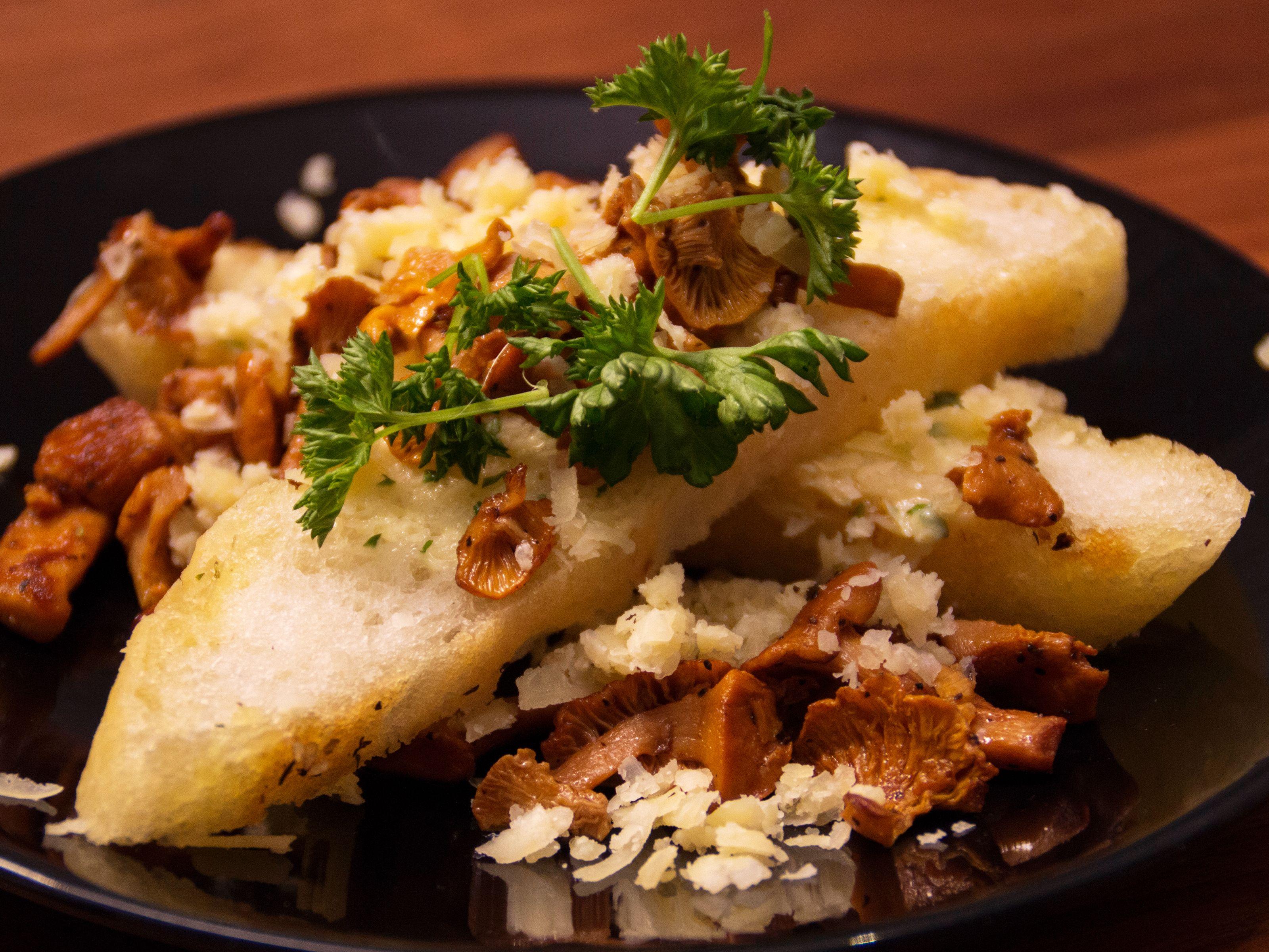 Sjötorps guld på ett frasigt glutenfritt vitlöksbröd | Recept.nu