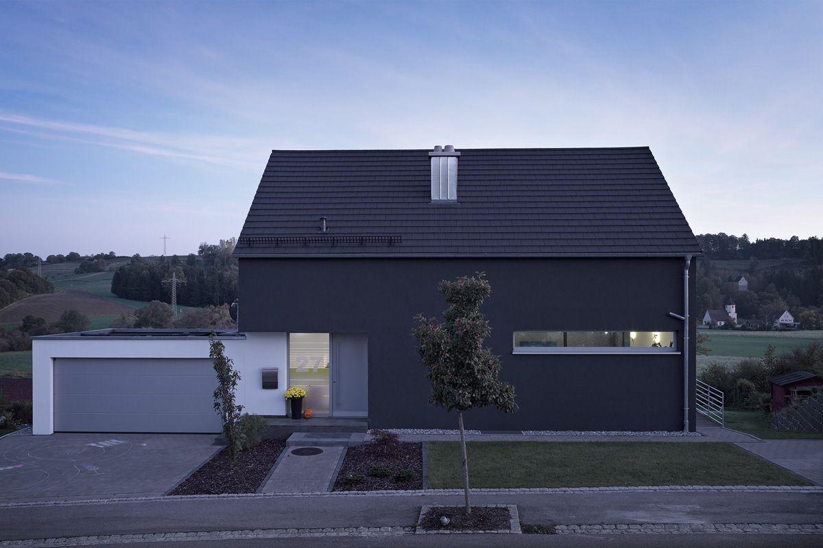 Garage direkt am haus mit berdachtem eingang hausihaus for Haus mit satteldach modern