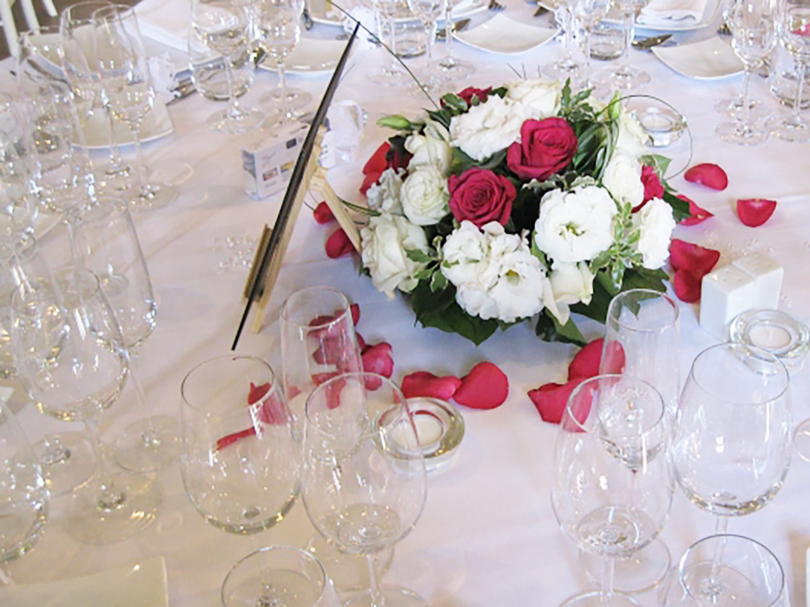 Centre de table mariage rose et blanc d coration florale mariage pinterest d coration - Decoration florale mariage centre de table ...