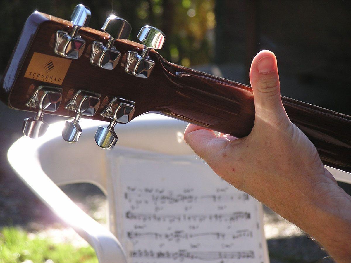 Om gitaar te leren spelen hoef je niet per se het notenschrift te kennen. Je kan ook nieuwe liedjes leren aan de van de tablatuur - ook wel tabs genoemd