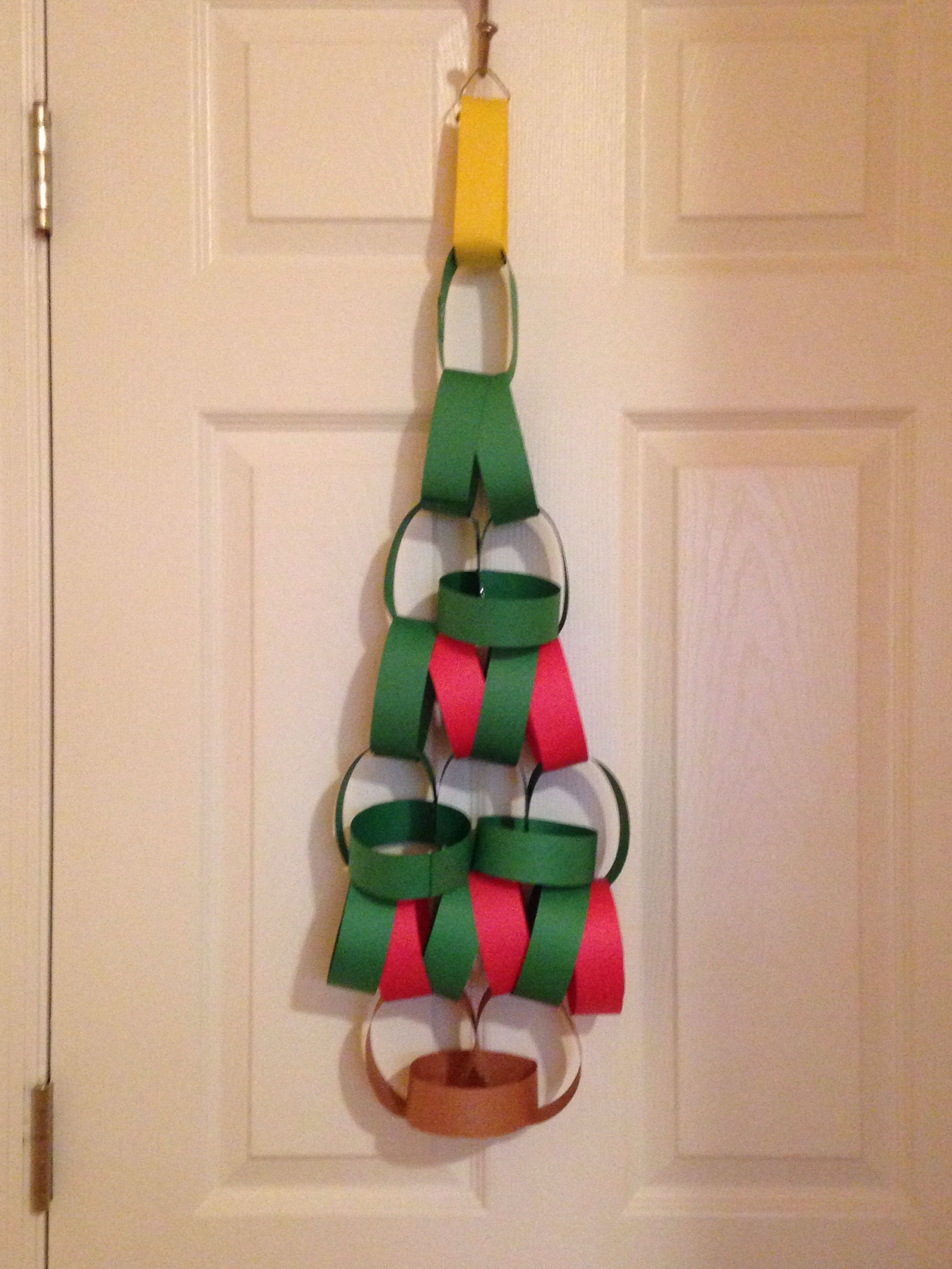 Construction paper christmas tree chain christmas for Holiday crafts with construction paper