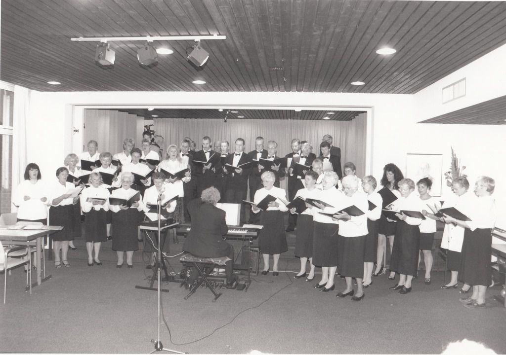 """Het geven van een optreden door het """"Gemengd Koor Best"""" in Bejaardencentrum """"Merefelt"""" in Veldhoven.  De dirigent was Cor de Roos. 1992"""