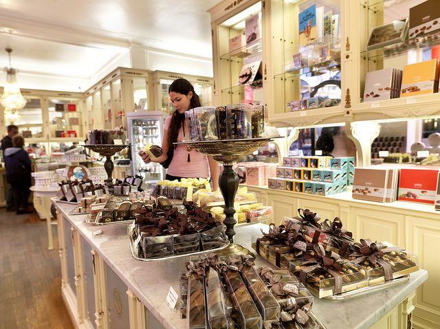 Chocolate shop Neuhaus, Brussels | Chocolate shop, Chocolate ...