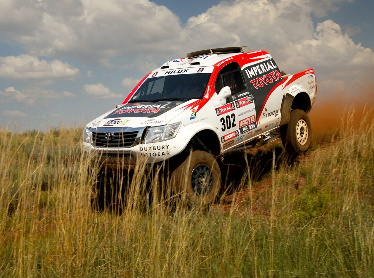 dakar2013 imperial toyota hilux piloted by 2009 dakar winners giniel de villiers and german co
