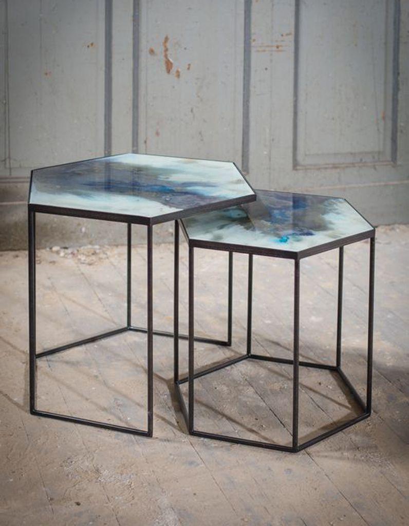 Des Tables D Appoint Tres Contemporaines Table D Appoint Design De Salle De Bain Table De Chevet